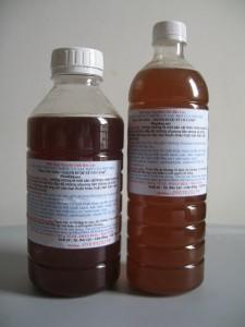 Mật ong được đóng chai ngay sau khi quay xong mật